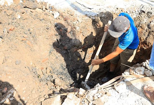 Công nhân căng mình làm việc dưới nắng đổ lửa ở Hà Nội - 7