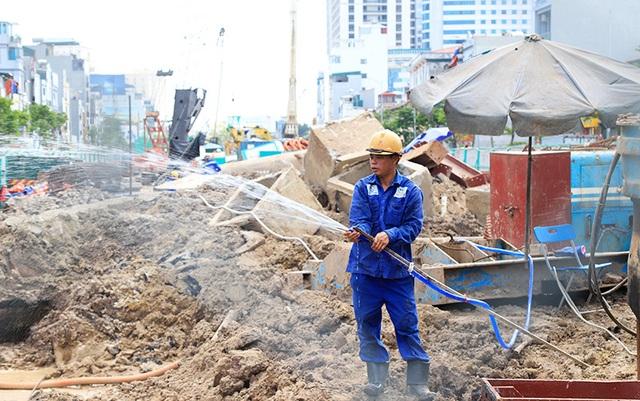 Công nhân căng mình làm việc dưới nắng đổ lửa ở Hà Nội - 8