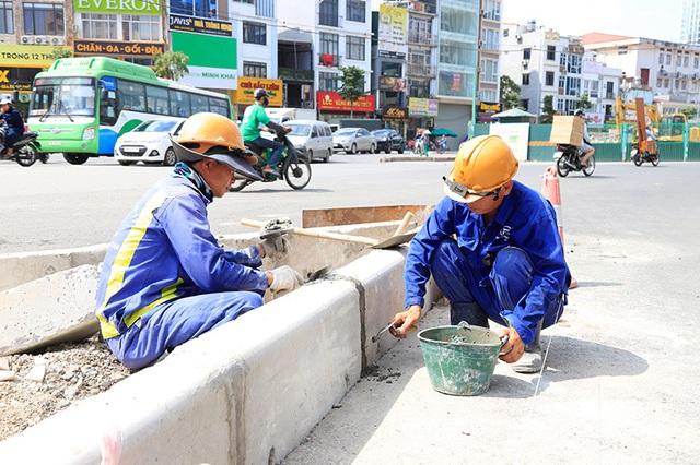 Công nhân căng mình làm việc dưới nắng đổ lửa ở Hà Nội - 9