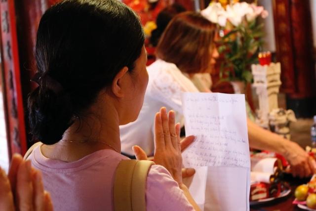 Hàng ngàn sĩ tử đội nắng ghi tên lên bảng vàng Văn Miếu - Quốc Tử Giám cầu đỗ đạt - 6