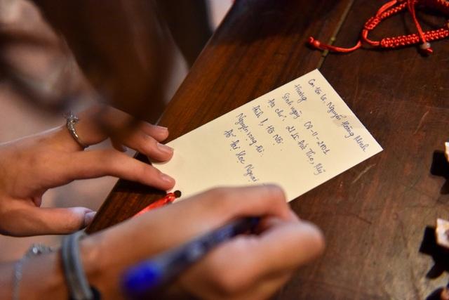 Sĩ tử ồ ạt kéo về Văn Miếu, cầu khấn, sờ đầu rùa trước kì thi THPT Quốc gia 2019 - 11