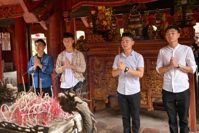 Sĩ tử ồ ạt kéo về Văn Miếu, cầu khấn, sờ đầu rùa trước kì thi THPT Quốc gia 2019 - 5