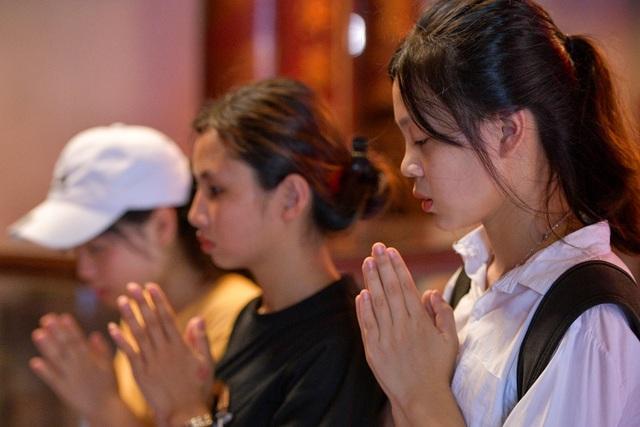 Sĩ tử ồ ạt kéo về Văn Miếu, cầu khấn, sờ đầu rùa trước kì thi THPT Quốc gia 2019 - 6