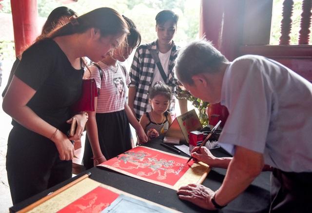 Sĩ tử ồ ạt kéo về Văn Miếu, cầu khấn, sờ đầu rùa trước kì thi THPT Quốc gia 2019 - 9