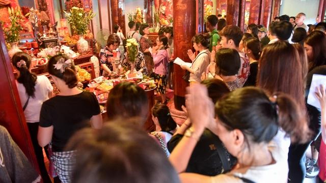 Sĩ tử ồ ạt kéo về Văn Miếu, cầu khấn, sờ đầu rùa trước kì thi THPT Quốc gia 2019 - 8