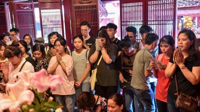Sĩ tử ồ ạt kéo về Văn Miếu, cầu khấn, sờ đầu rùa trước kì thi THPT Quốc gia 2019 - 4