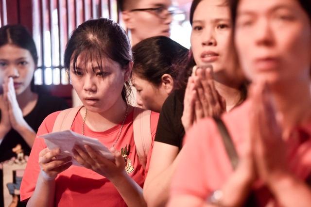 Sĩ tử ồ ạt kéo về Văn Miếu, cầu khấn, sờ đầu rùa trước kì thi THPT Quốc gia 2019 - 7