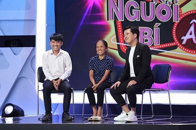 """Bà Tân """"vê lốc"""" lần đầu lên truyền hình sau khi lập kỉ lục Guiness Việt Nam - 1"""