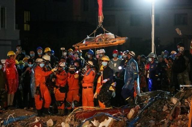 Thủ tướng Campuchia thị sát hiện trường vụ sập nhà, số người chết tăng lên 24  - 5