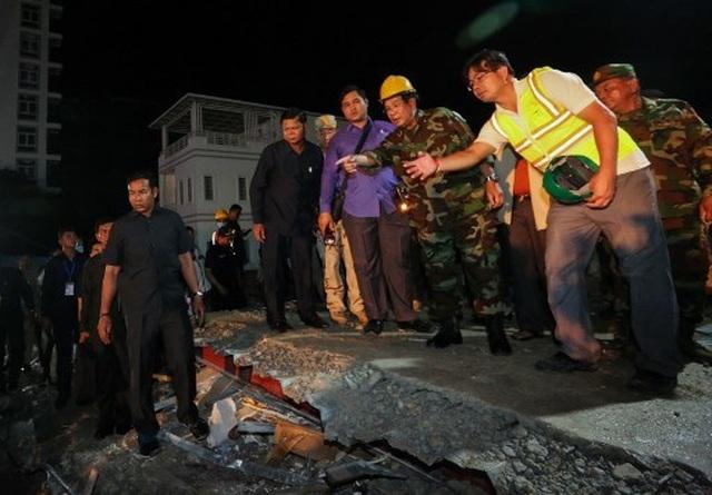 Thủ tướng Campuchia thị sát hiện trường vụ sập nhà, số người chết tăng lên 24  - 3