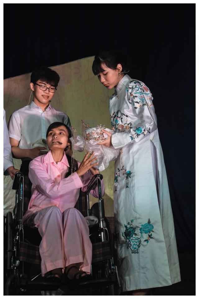 Nữ sinh lớp 10 bị khán giả vây kín vì ca cải lương quá xuất thần - 2
