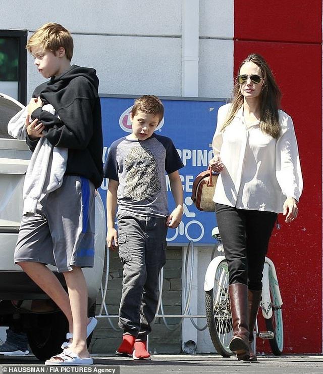 Angelina Jolie dành trọn thời gian cho các con - 3