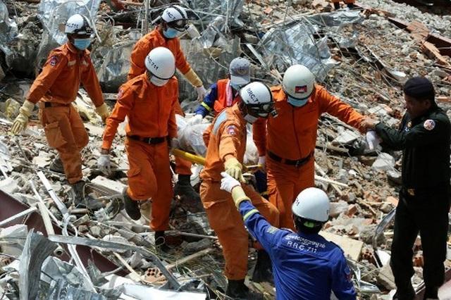 Thủ tướng Campuchia thị sát hiện trường vụ sập nhà, số người chết tăng lên 24  - 1