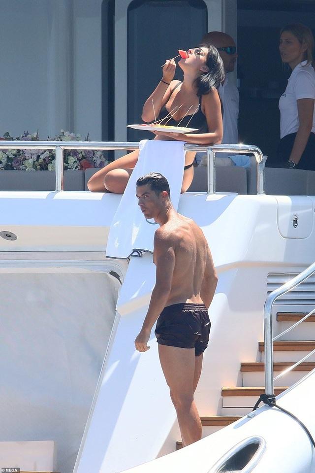 Thân hình bốc lửa của bạn gái Ronaldo - 4