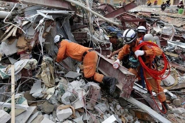 Thủ tướng Campuchia thị sát hiện trường vụ sập nhà, số người chết tăng lên 24  - 2