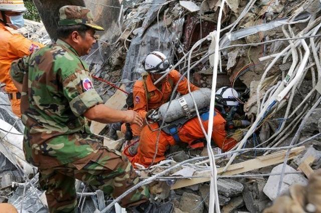 Thủ tướng Campuchia thị sát hiện trường vụ sập nhà, số người chết tăng lên 24  - 6