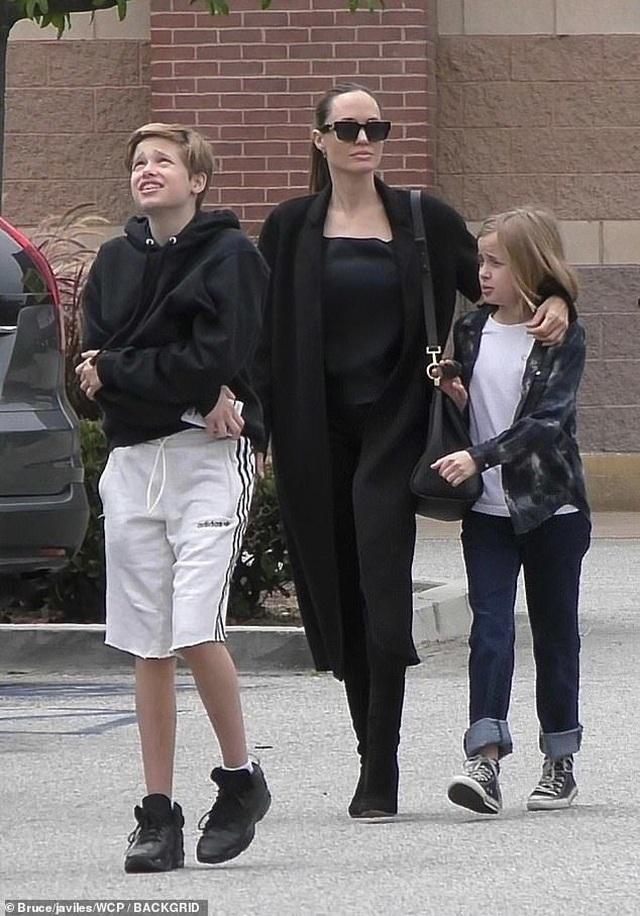 Angelina Jolie dành trọn thời gian cho các con - 7