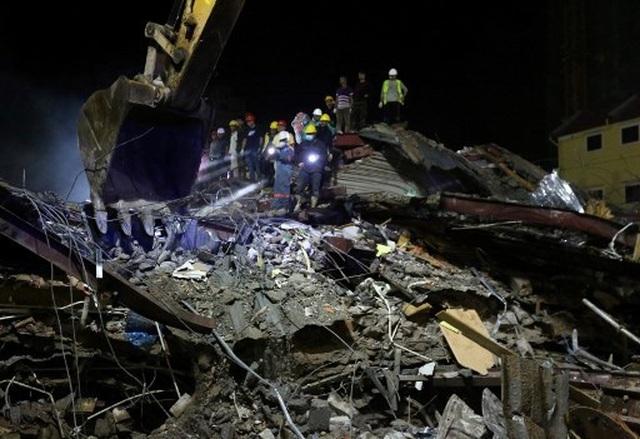 Thủ tướng Campuchia thị sát hiện trường vụ sập nhà, số người chết tăng lên 24  - 9