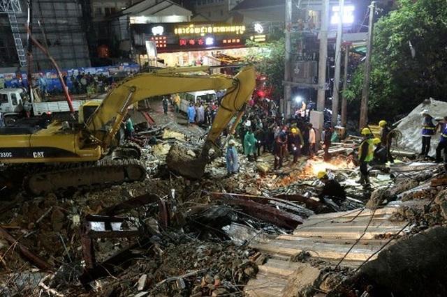 Thủ tướng Campuchia thị sát hiện trường vụ sập nhà, số người chết tăng lên 24  - 7