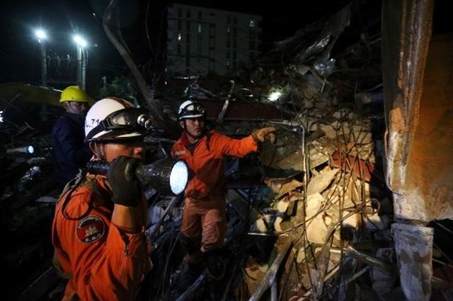 Thủ tướng Campuchia thị sát hiện trường vụ sập nhà, số người chết tăng lên 24  - 8
