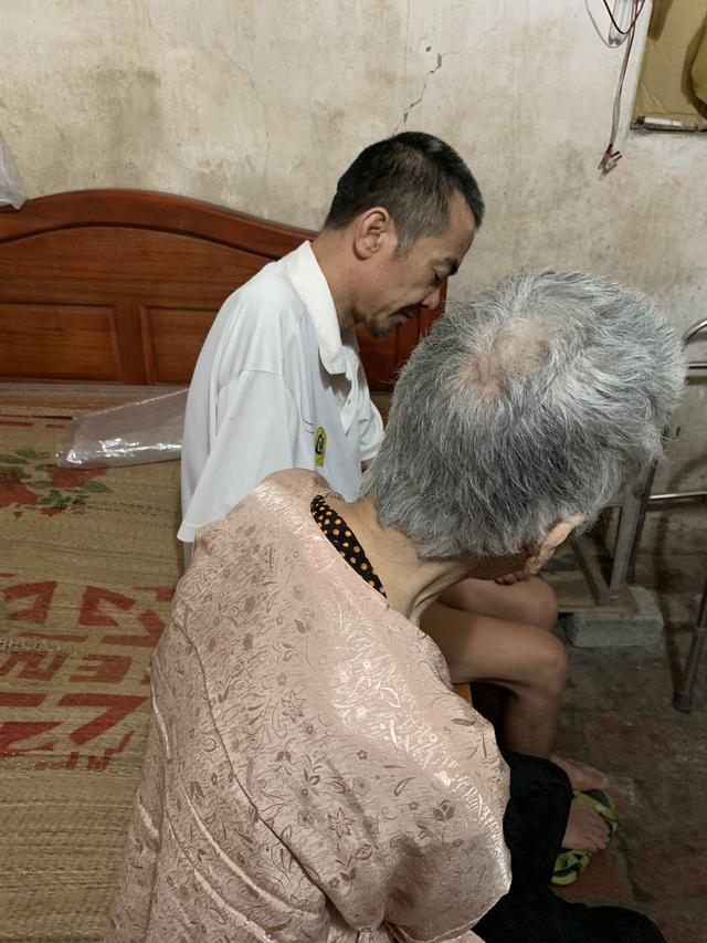 Không phụng dưỡng được mẹ già, người đàn ông bất lực ôm mẹ khóc như đứa trẻ! - 10
