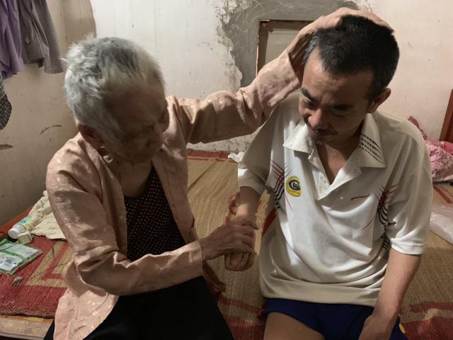 Không phụng dưỡng được mẹ già, người đàn ông bất lực ôm mẹ khóc như đứa trẻ! - 2