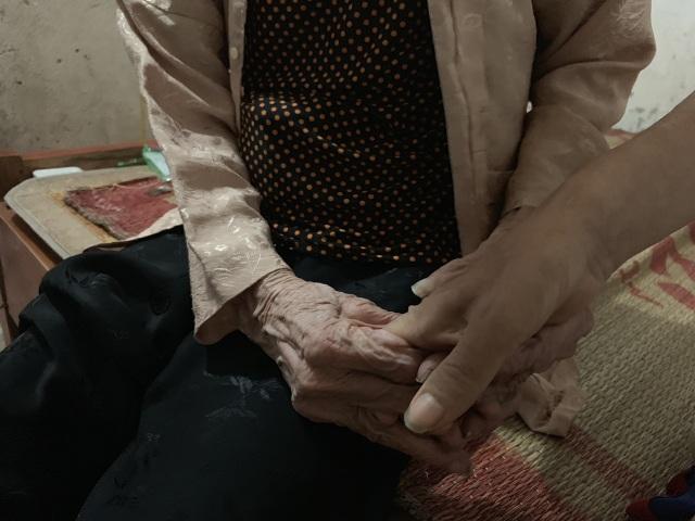 Không phụng dưỡng được mẹ già, người đàn ông bất lực ôm mẹ khóc như đứa trẻ! - 5
