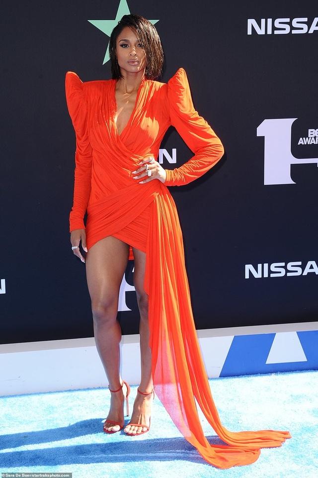 Ciara khoe chân dài, Justine Skye phô nội y trên thảm đỏ - 2