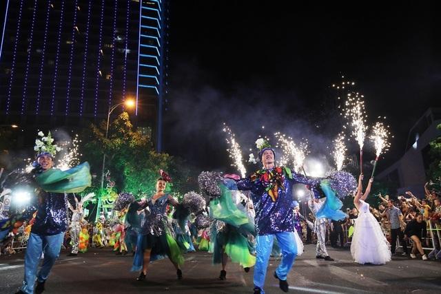 Đà Nẵng bùng nổ với các vũ điệu carnival đường phố tối 23/6 - 3