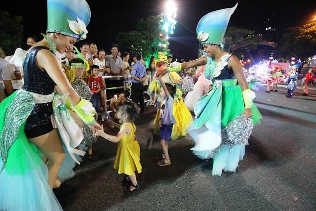 Đà Nẵng bùng nổ với các vũ điệu carnival đường phố tối 23/6 - 7