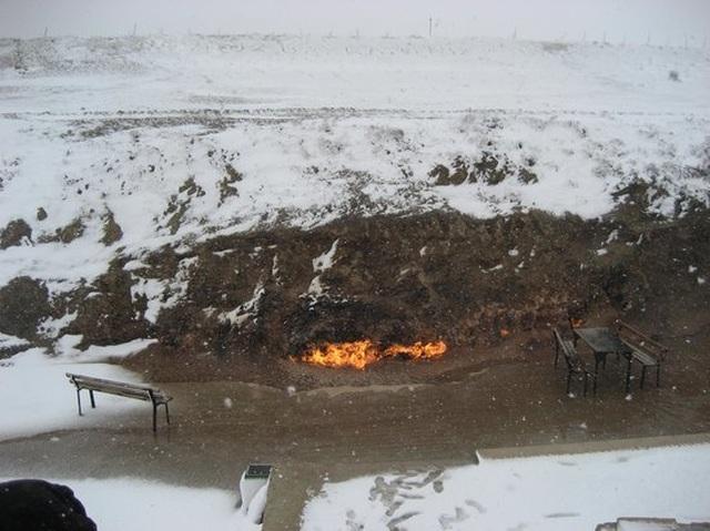 """""""Hỏa Diệm Sơn"""" bốc cháy không ngừng nghỉ suốt 4000 năm bất chấp mưa tuyết - 3"""