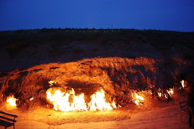 """""""Hỏa Diệm Sơn"""" bốc cháy không ngừng nghỉ suốt 4000 năm bất chấp mưa tuyết - 4"""