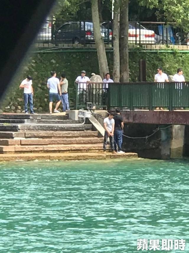 Người đàn ông tiểu bậy trên cầu khiến 4 du khách bị thương - 2