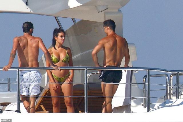 Bạn gái Cristiano Ronaldo ngày càng bốc lửa - 5