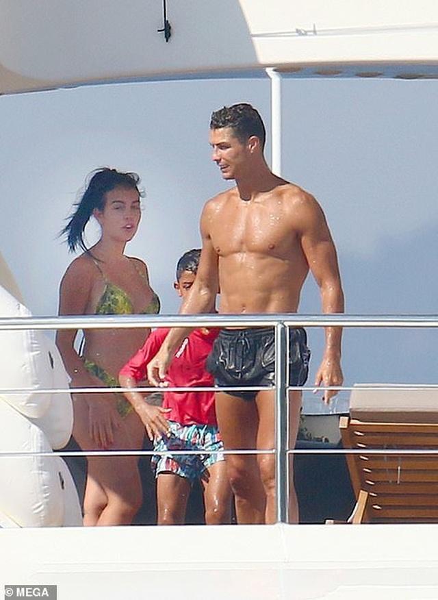 Bạn gái Cristiano Ronaldo ngày càng bốc lửa - 8