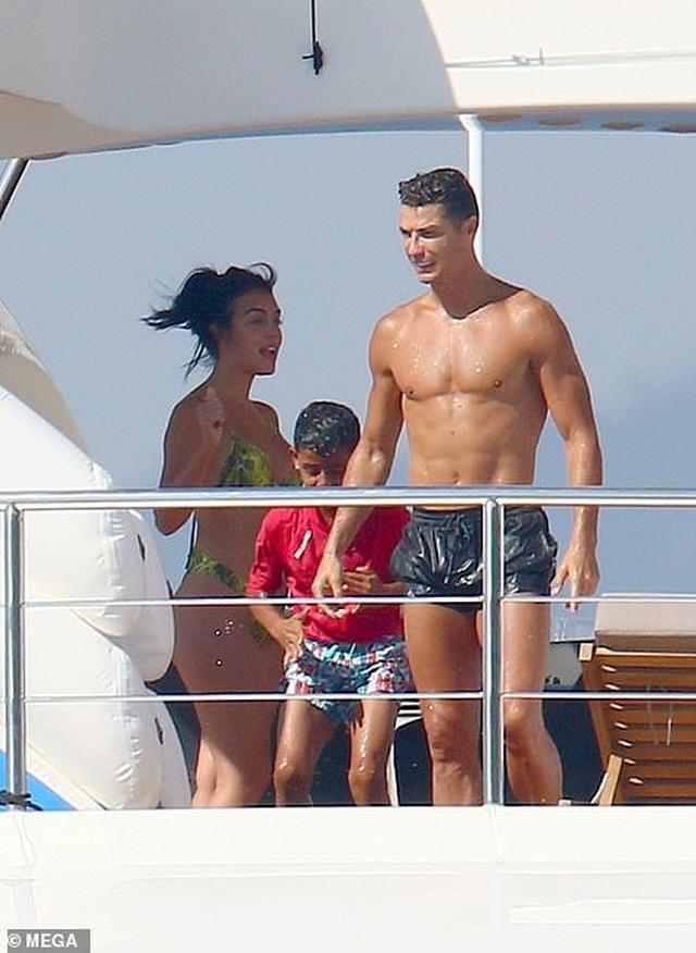 Bạn gái Cristiano Ronaldo ngày càng bốc lửa - 3
