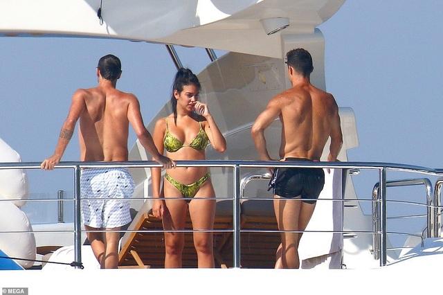 Bạn gái Cristiano Ronaldo ngày càng bốc lửa - 7