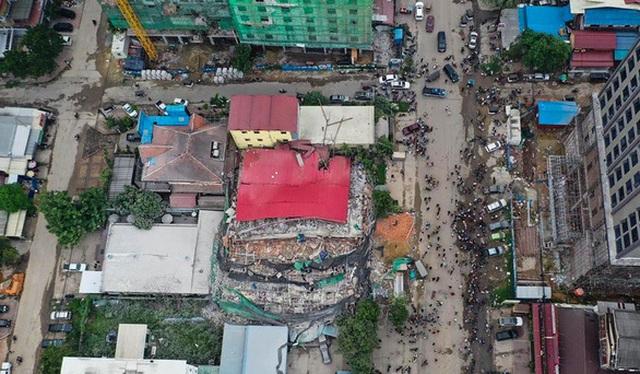 Thủ tướng Campuchia thị sát hiện trường vụ sập nhà, số người chết tăng lên 24  - 10