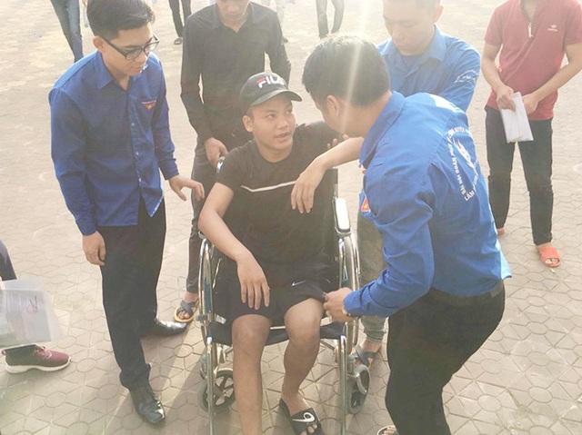 Thí sinh bị tai nạn gãy xương đùi vẫn không bỏ thi - 1