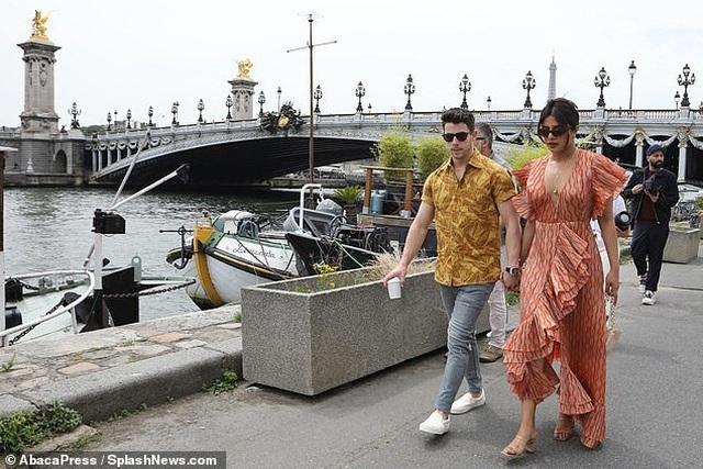 Priyanka Chopra tình tứ bên chồng kém 10 tuổi trên sông Seine - 6