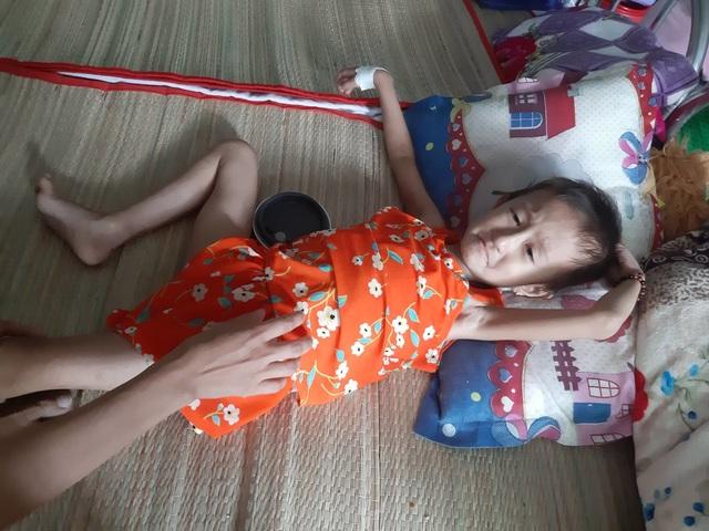Xót thương bé 5 tuổi quằn quại chống chọi với những cơn đau do bệnh ung thư - 1