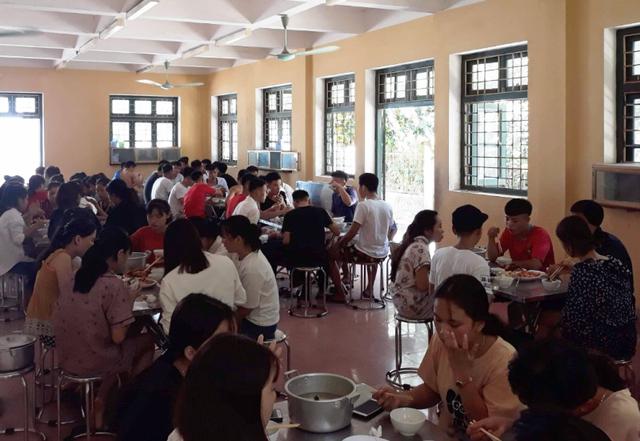 Nhà trường thuê người nấu ăn cho hơn 100 thí sinh miền núi - 1