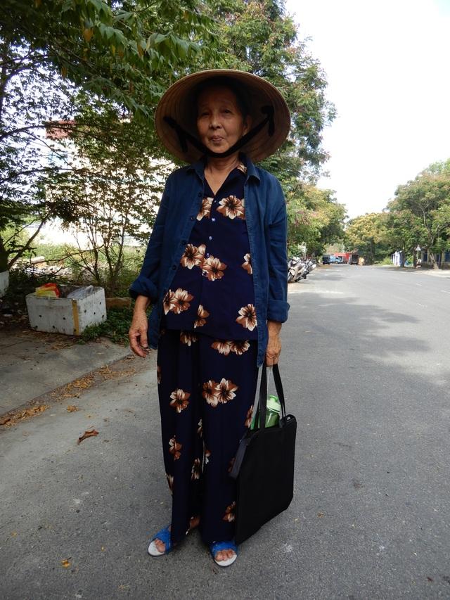 Bố mẹ bị mù, bà ngoại 71 tuổi bắt xe ôm đưa cháu đi thi - 1