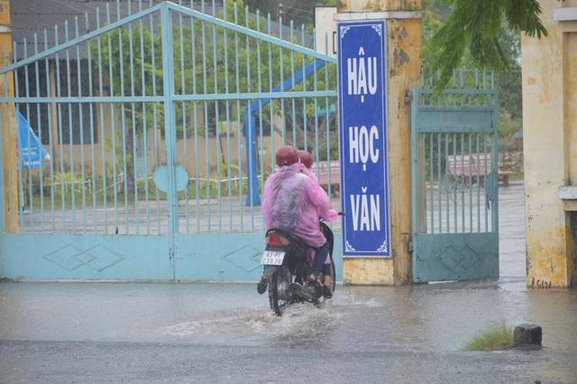 Sóc Trăng: Thí sinh đến trường thi Toán giữa lúc mưa to - 1