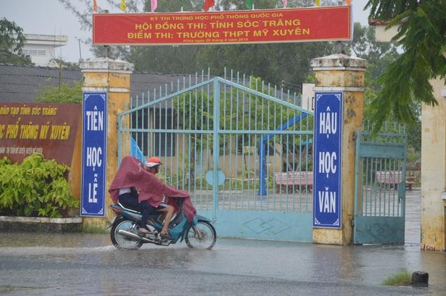 Sóc Trăng: Thí sinh đến trường thi Toán giữa lúc mưa to - 2