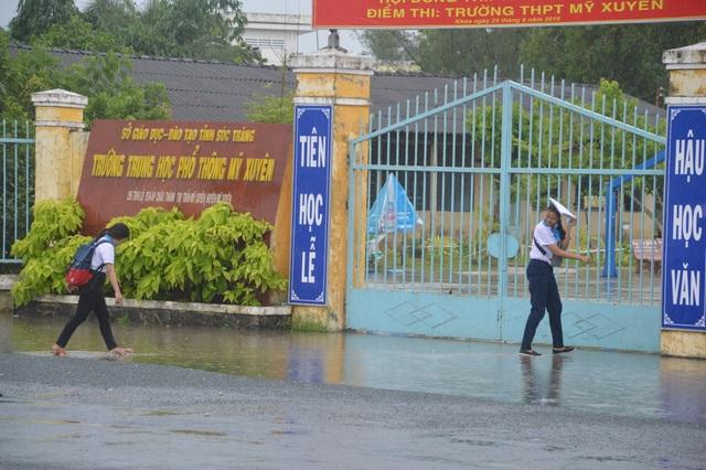Sóc Trăng: Thí sinh đến trường thi Toán giữa lúc mưa to - 3