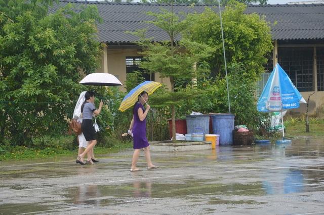 Sóc Trăng: Thí sinh đến trường thi Toán giữa lúc mưa to - 5