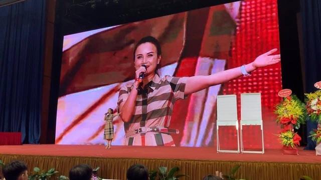 """Cô Uyên và cô Xuyến trong phim Về nhà đi con """"tỏa sáng"""" tại sự kiệnINTERNET SALES EXPLOSION - 4"""