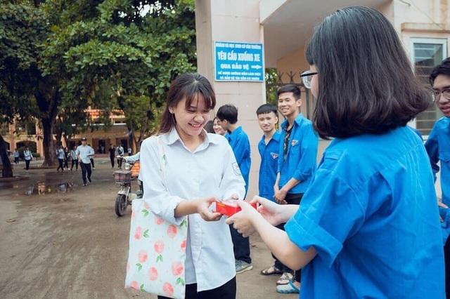 Thanh niên tình nguyện tận tình cõng thí sinh tai nạn vào phòng thi - 5