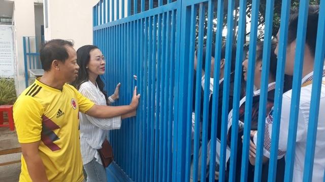 Thầy cô đứng trước cổng trường giữ điện thoại, động viên sĩ tử - 2